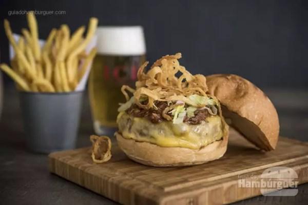 Le Cochon Burger: Hambúrguer de 150g, queijo estepe, paleta de porco desfiada, molho barbecue, cebola crocante e alface americana. Acompanha fritas fininhas Brasserie. - R$ 32 - SP Burger Fest