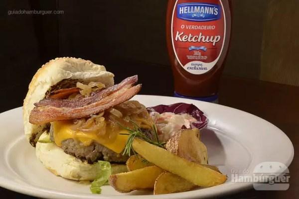 Hambúrguer au Cheddar e Coleslaw: Hambúrguer de carne, no pão de gergelim, com picles fatiados, queijo cheddar, cebola, alface, tomate servido com molho coleslaw e batatas rústicas. - R$ 38 - SP Burger Fest