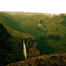 Cachoeira do El Dorado e Cachoeira do Desabamento, ao fundo