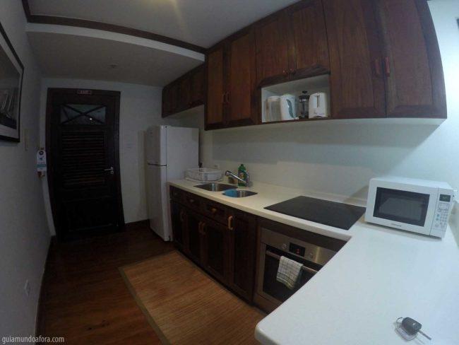 Cozinha equipada para cozinhar.