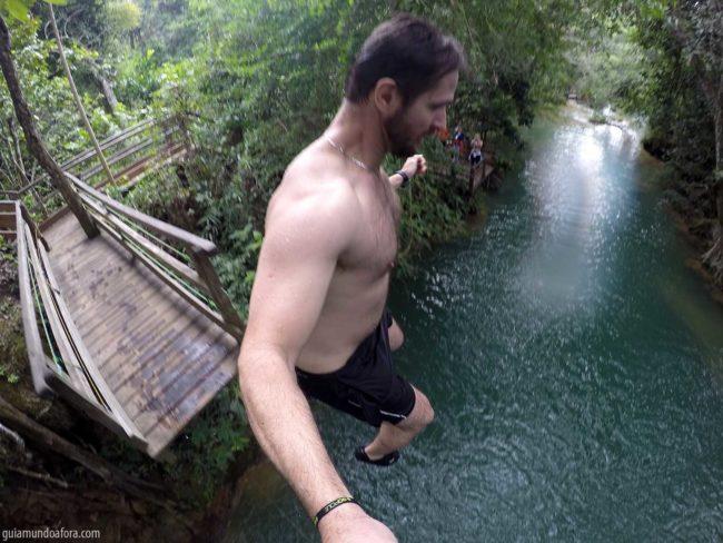 Salto em cachoeira em Bonito