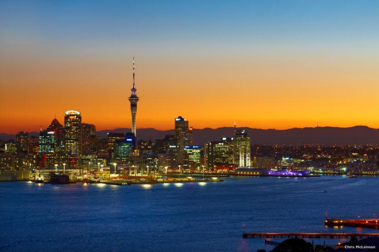 Paisagem de cidade e fundo com pôr do sol para conhecer a Nova Zelândia
