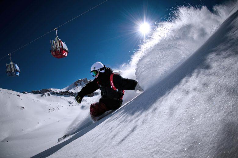 Homem praticando esqui no Valle Nevado Ski Resort