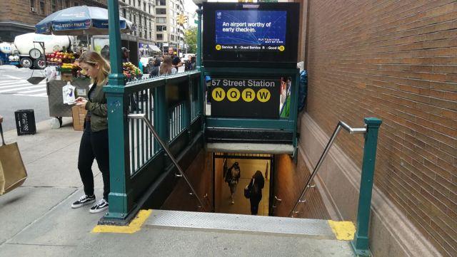 Boca del metro de Nueva York, una aventura y un medio de transporte.