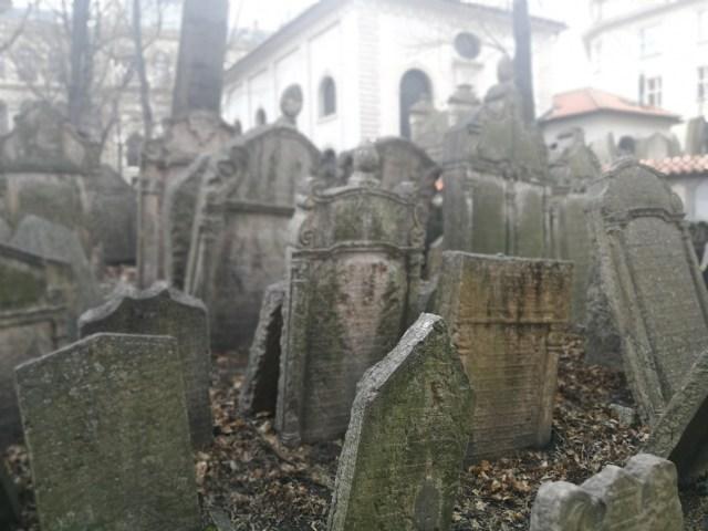 Visitar el cementerio judío en Praga es un lugar que os quedará muy marcado