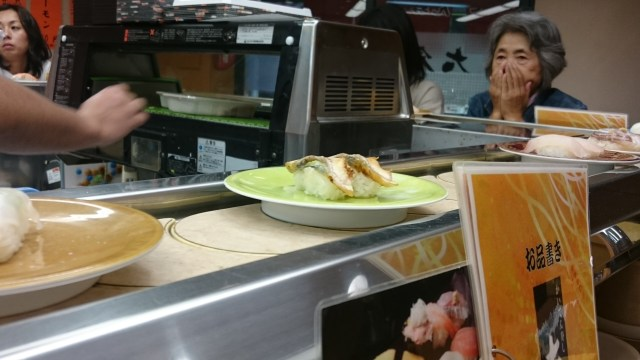 En el mercado de Kanazawa podremos comer cualquier cosa, rico sushi