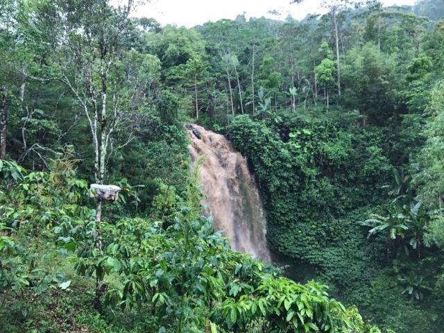 Cuidado con las tormentas durante vuestro viaje a Bali cuando estéis en una cascada.