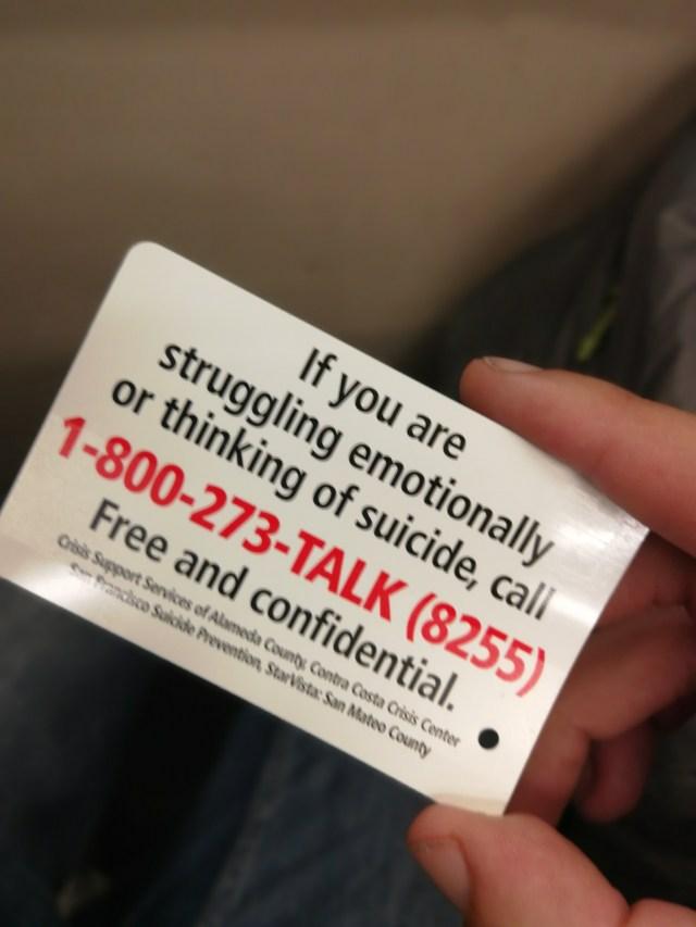 Tarjetas de ayuda emocional a los posibles suicidas, realmente San Francisco tiene un problema de salud mental en sus calles.