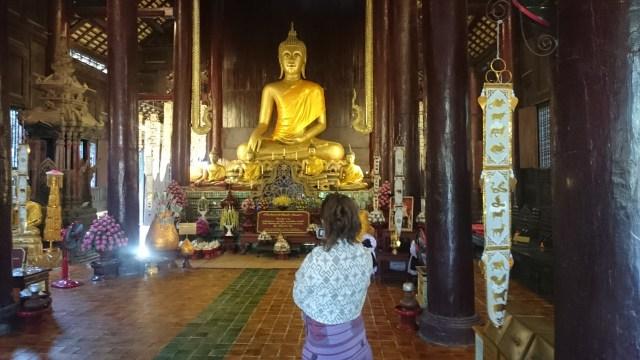 Cualquier calle de cualquier pequeño pueblo puede contener un Buda maravilloso.  Bienvenidos a rutas por Tailandia
