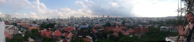 La mezcla de rascacielos y pequeños edificios es característica de Bangkok.