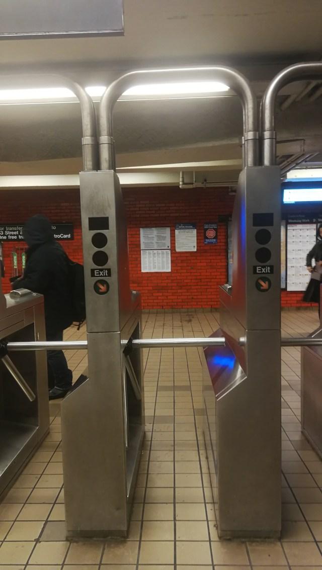 Los tornos de salida del metro.