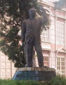Estatua de Daniel Oduber Quirós en el Parque Morazán.