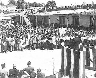 Acto de abolición del ejército, en el antiguo cuartel Bellavista. El orador es Uladislao Gámez, Ministro de Educación Pública. 1º de diciembre de 1948.