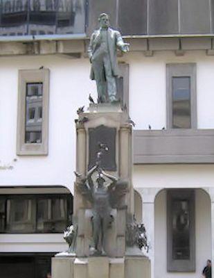 <b>MONUMENTO A DON JUAN RAFAEL MORA</b><br><br>Monumento eregido a honrar la memoria del Héroe y Benemérito<br>de la Patria, don Juan Rafael Mora Porras