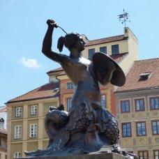 La sirenetta con la spada e lo scudo è lo stemma ufficiale di Varsavia.