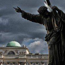 La figura di Gesù Cristo di fronte alla Chiesa di Santa Croce dove è sepolto il cuore di F. Chopin.