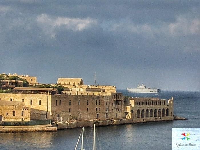 Vue sur l' hôpital depuis Ta Xbiex, en arrière plan le bateau de guerre Français Le Mistral