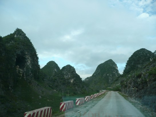 Au dessus des montagnes surnomees la baie d'Halong celeste...