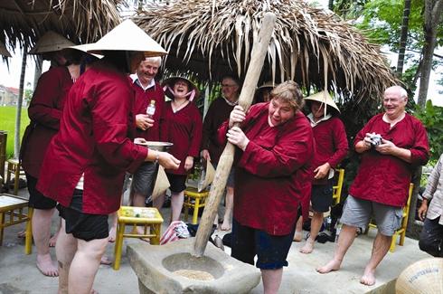Participation des travaux quotidiens dans le village de Tra Que