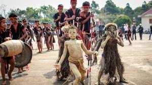 À Gia Lai, les clowns danseurs font monter la chaleur