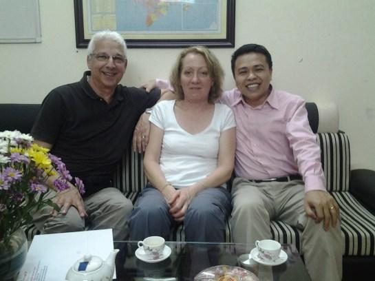 Mr et Mme Lelaidier avec Tu au bureau d'Authentik Vietnam