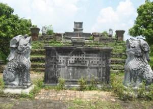 les-tombeaux-de-mandarins-en-pierre