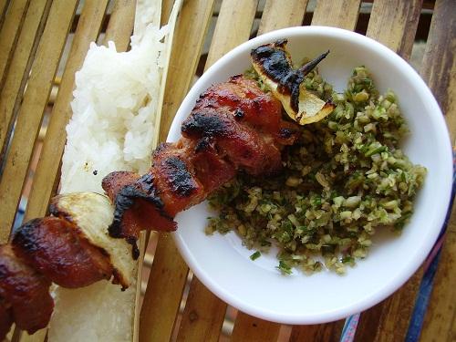 Cơm lam avec des grillades et « cham cheo » - un repas typique du Nord-Ouest