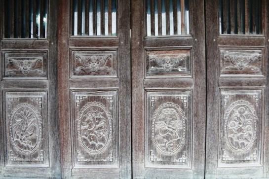 Les battants de lime sont décorés par des motifs représentant quatre saisons de l'année.