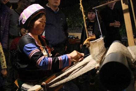 Présentation du tissage traditionnel des Mong de Ha Giang