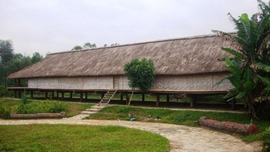 maison longue sur pilotis