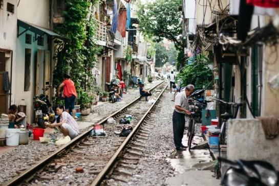 voyager hanoi rue de train.jpg