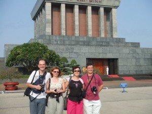 Visiteurs visitent le Mausole Ho Chi Minh