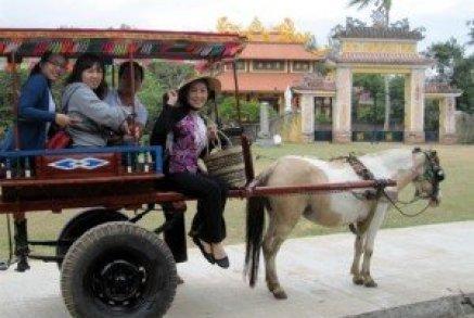 Les hippomobiles permettent aux touristes de découvrir les sites
