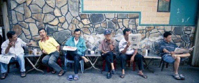 La vie des gens dans les rues de ville Saigon