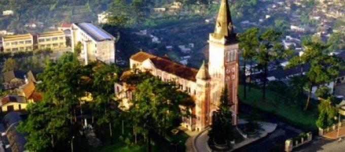 La belle cathédrale en ville Dalat