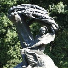To jeden z najsłynniejszych pomników Fryderyka Chopina na świecie – odbudowany według oryginalnego modelu w 1958 roku.
