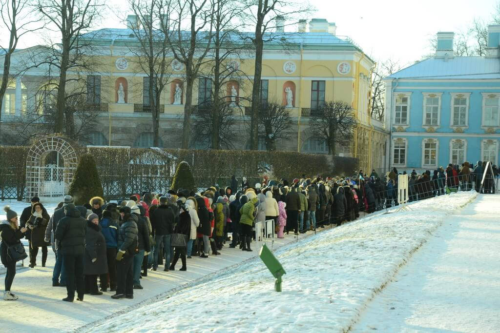 Very long queues to the Catherine palace