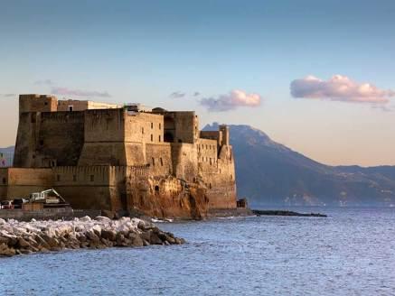 Castel dell'Ovo sullo sfondo del Monte Faito