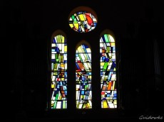 Moderne glasramen in de kerk