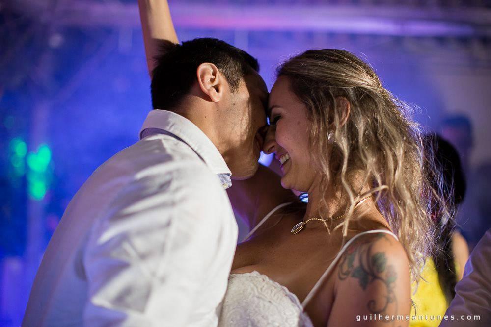 Foto de Casamento na praia de Larissa e Ronaldo beijo apaixonado