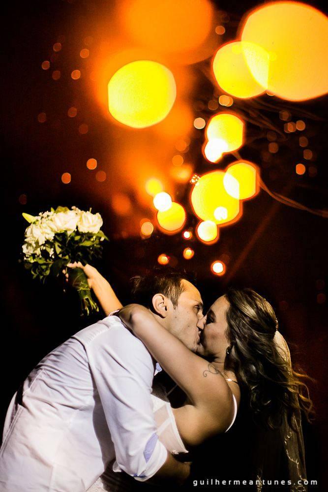 Foto de Casamento na praia de Larissa e Ronaldo beijo emocionado dos noivos