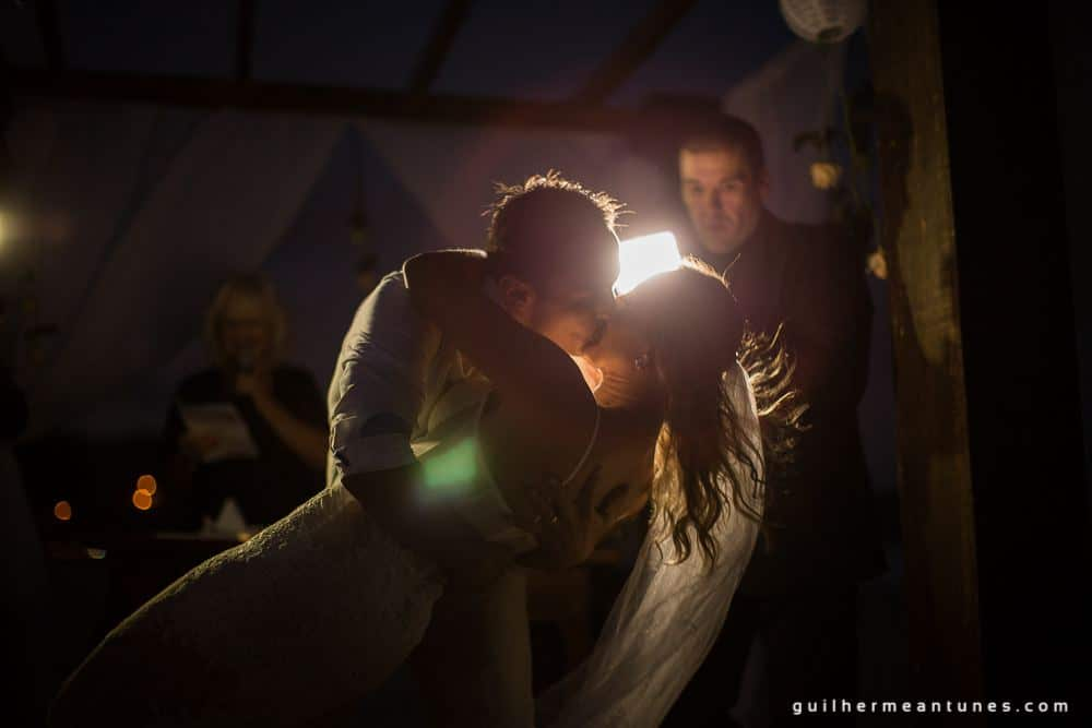 Foto de Casamento na praia de Larissa e Ronaldo beijo lindo dos noivos no altar
