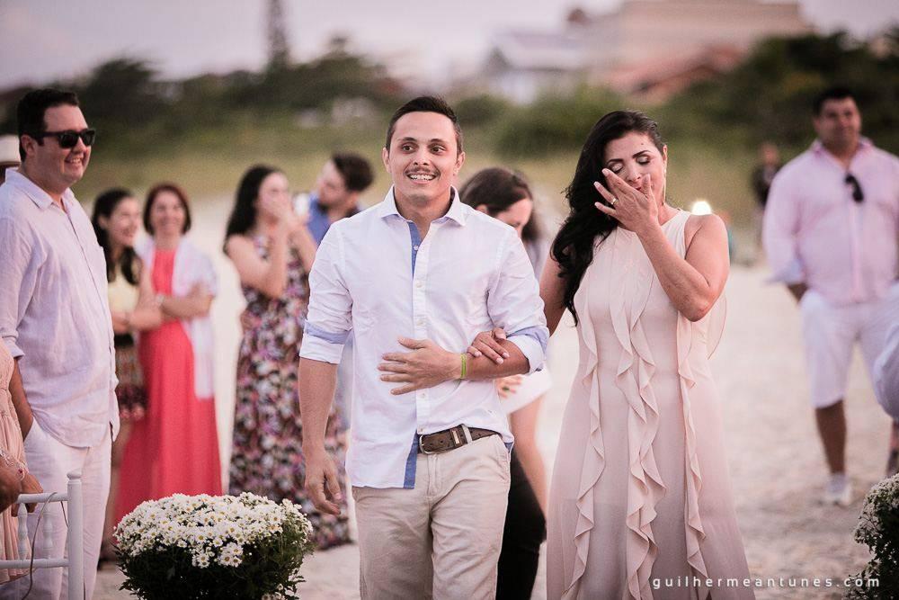 Foto de Casamento na praia de Larissa e Ronaldo mãe acompanha noivo