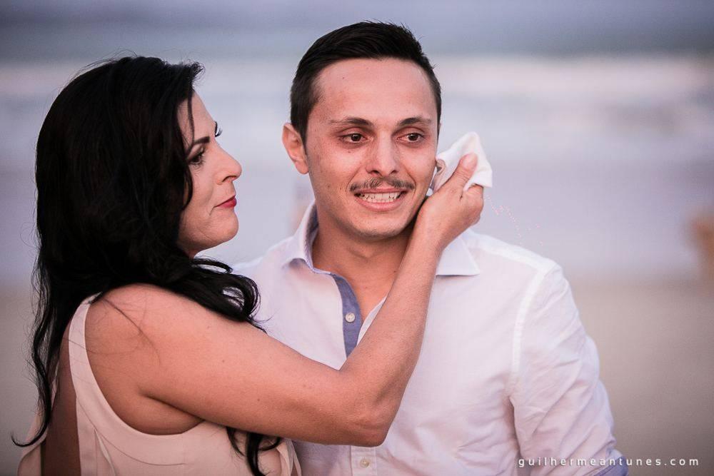 Foto de Casamento na praia de Larissa e Ronaldo mãe e filho emocionado
