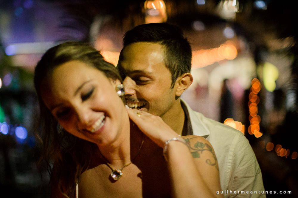 Fotos Casamento na praia de Larissa e Ronaldo noivo beijando pescoço da noiva na festa de casamento
