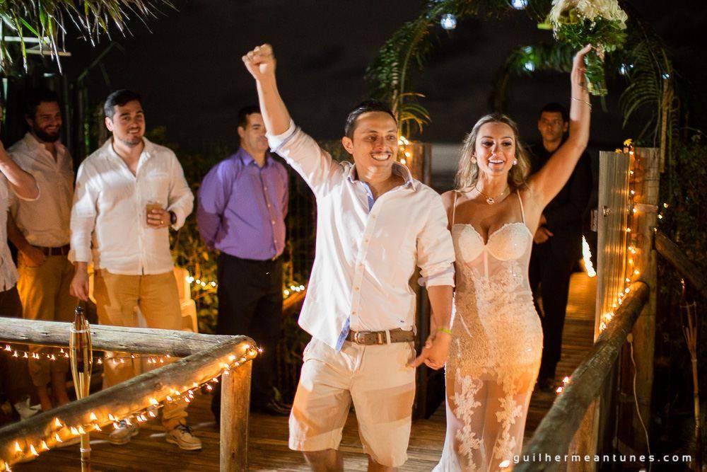 Foto de Casamento na praia de Larissa e Ronaldo noivos felizes