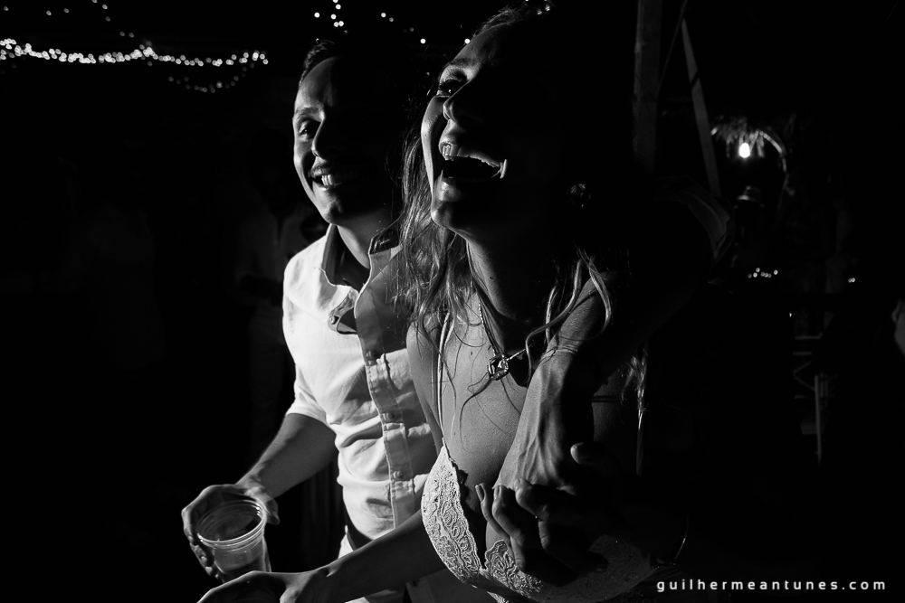 Foto de Casamento na praia de Larissa e Ronaldo noivos sorrindo