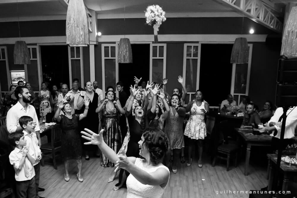 fotografia de casamento (jogando o buquê)