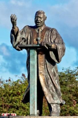 """Saint-François - L'oeuvre intitulée par l'artiste - """"Le discours""""- est inaugurée le 19 janvier 2008, 4 jours après la date de commémoration de la mort de Martin Luther King"""