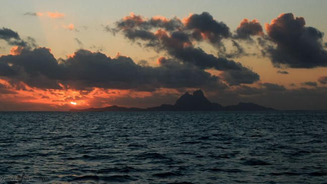 Tahaa - Quand le ciel s'embrase et découpe Bora-Bora